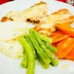Salmão ao molho de maracujá e legumes cozidos