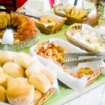 Opções de pães e bolos pela manhã