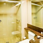 Banheiro espaçoso e ducha perfeita!