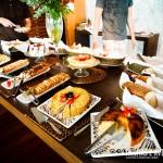 Diversos tipos de bolos no café da manhã