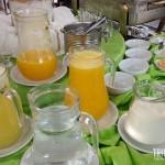 Bebidas e opções de cereais matinais no café da manhã