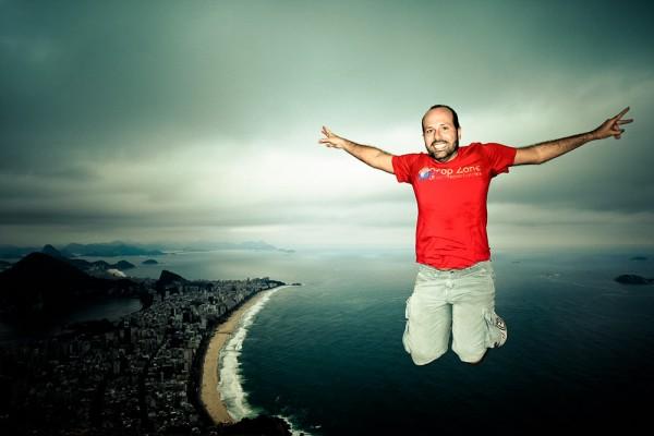 A foto clássica pulando no topo do Morro Dois Irmãos