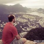 Apreciando a vista do Rio de Janeiro no topo do Morro Dois Irmãos