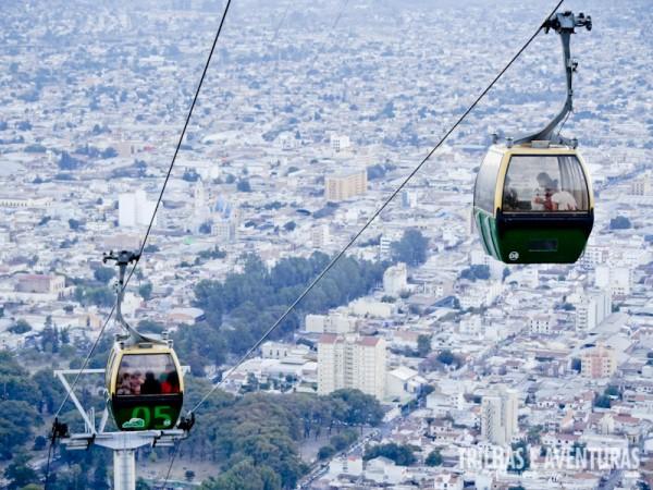 Teleféricos e a cidade de Salta ao fundo