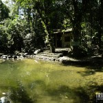 Panorâmica da piscina natural com a sauna ao fundo