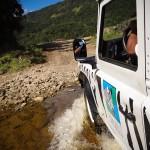 Land Rover atravessando rios no Safari do Portobello Resort