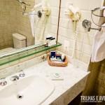 Banheiro amplo e clean com ducha perfeita para o banho!