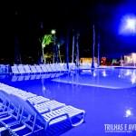 Iluminação noturna da piscina no Portobello Resort e Safari