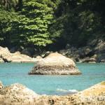 Essa pedra em formato piramidal só aparece na maré baixa