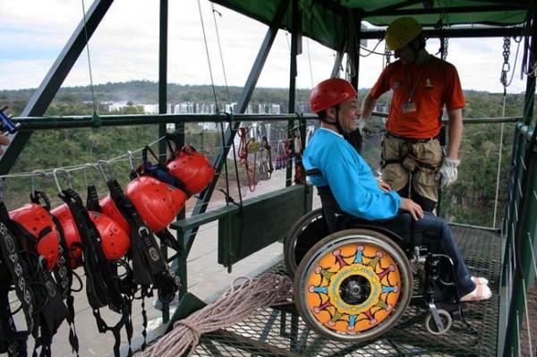 A cadeirante pode praticar rapel no Cânion Iguaçu com vista para as Cataratas