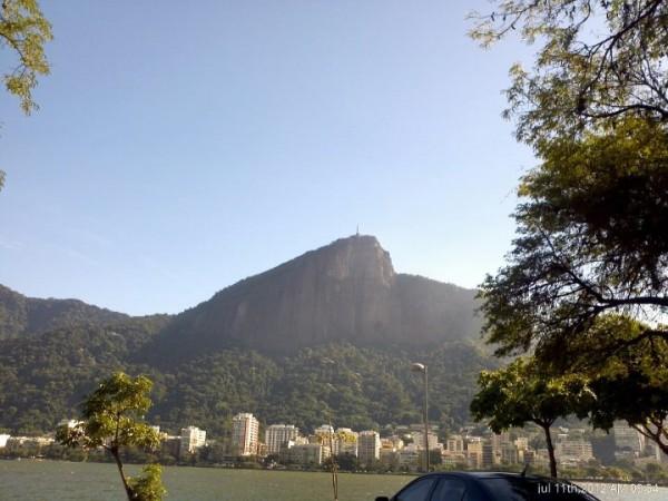 Foto tirada de dentro do carro, na Lagoa Rodrigo de Freitas - RJ, sem uso de zoom