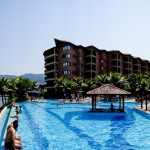 Panorâmica da piscina de borda infinita no hotel