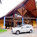 Carro da UNIDAS em frente a recepção do hotel