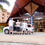 Na frente da recepção do hotel, já sem o Diogo