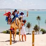 Andar de Dromedário nas dunas de Genipabu é um passeio para toda a família