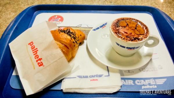 Cappuccino e croissant, uma dupla infalível antes do voo