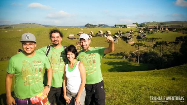 Adventure Bloggers reunidos com o Parador Casa da Montanha de fundo na montanha