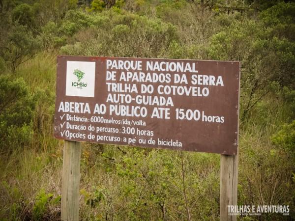 Placa informativa sobre a Trilha do Cotovelo, no Parque Nacional de Aparados da Serra
