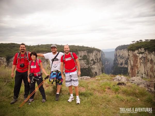 Adventure Bloggers posando pra foto com o Cânion Itaimbezinho de fundo