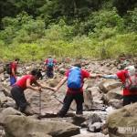 Formamos corrente humana para atravessar os rios em segurança