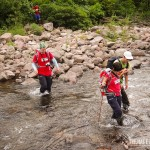 Os bastões de caminhada ajudam bastante na travessia de rios