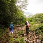 Muita atenção na caminhada por cima de pedras de rio