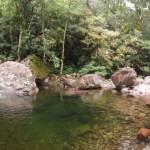 Uma grande piscina natural te espera no fim da trilha
