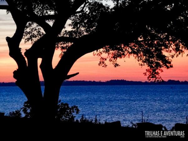 Vale a pena esperar o pôr-do-sol tomando um café às margens do Guaíba