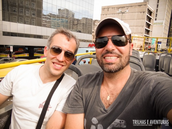Eu e o Gleiber, do blog Andarilhos do Mundo, no City Tour em Porto Alegre