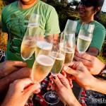 Celebrar a vida com espumante e um lindo pôr-do-sol com os amigos
