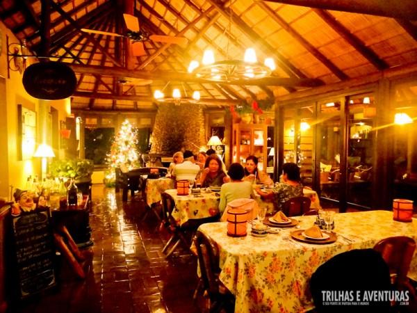 Restaurante do Parador Casa da Montanha preparado para um jantar romântico no campo
