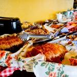 Mesa de café da manhã com grande diversidade de opções