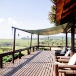 Deck com cadeiras e cobertura para apreciar a vista
