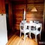 Sala com mesa para café e geladeira