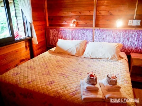 Quarto de casal com cama king size e kit de boas vindas