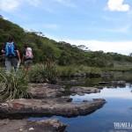 Atravessando o rio para ver a Cachoeira do Tigre Preto