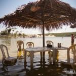 Cadeiras e mesas dentro d'água