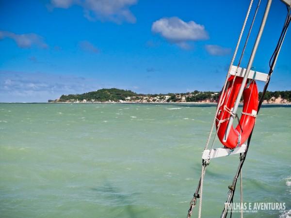 Mar verdinho e dia lindo de céu azul no passeio de barco em Pipa