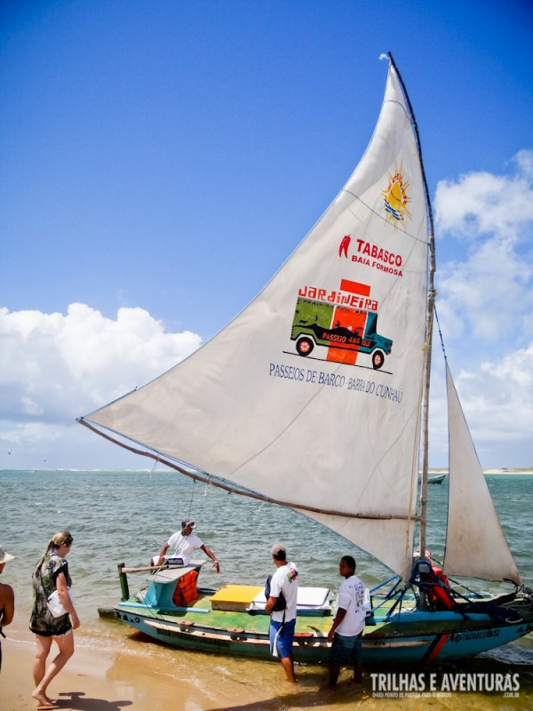 A jangada que atravessa a Barra do Cunhaú até a praia