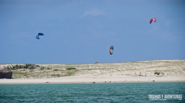 Ao longe já é possível ver os Kitesurfs na Praia de Cunhaú