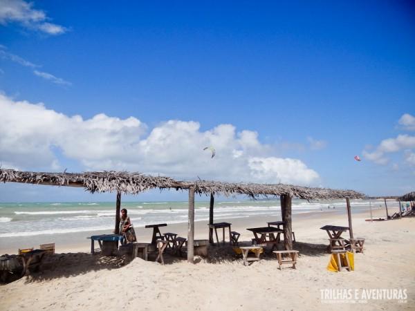 Barracas de praia simples, com mesas e cadeiras para os turistas