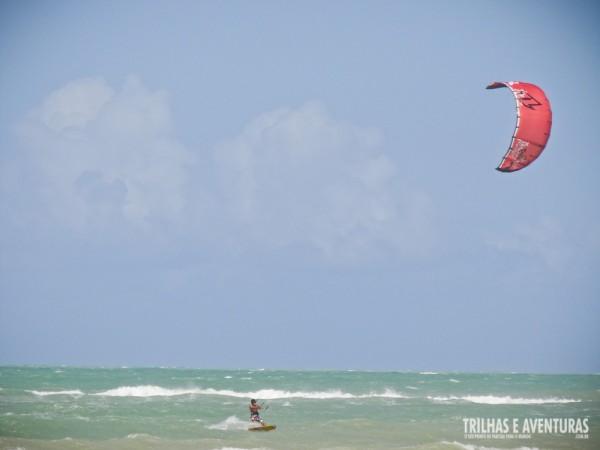 Apenas os mais experientes avançam com seus kites para o mar