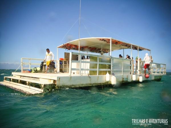 O barco flutuante tem uma modesta lanchonete e até churrasquinho
