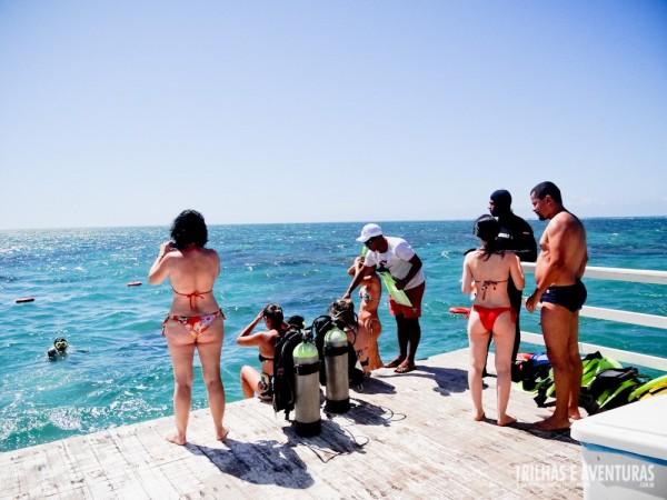 A galera se preparando para o mergulho com cilindro...