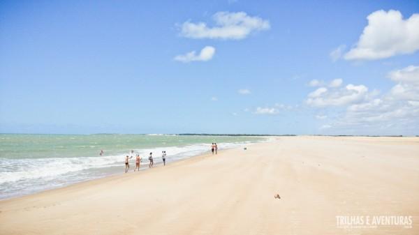 A praia é gigantesca e deserta, mas achei perigosa para o banho
