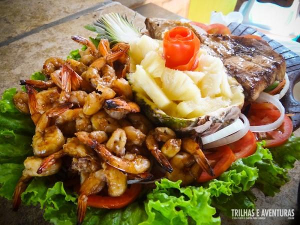 Camarões e peixes grelhados com abacaxi