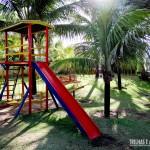 Brinquedos e área verde para as crianças