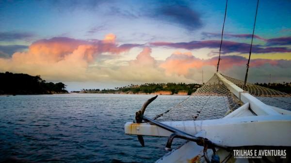 O lado oposto do pôr-do-sol também deu um show com as nuvens coloridas