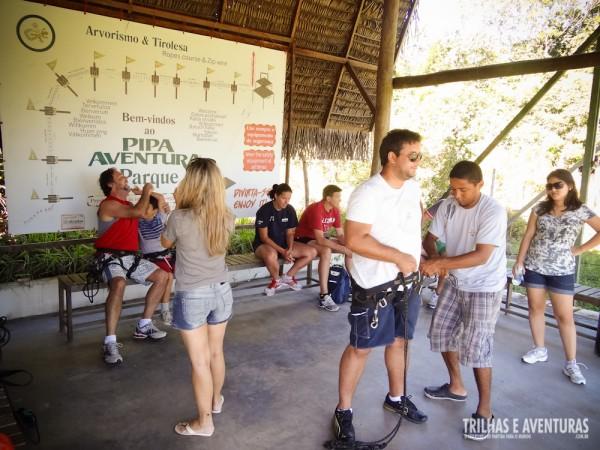 Antes de partirmos para o passeio os instrutores explicam e ajudam a colocar os equipamentos