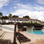 Área da piscina, com bar molhado e cadeiras de sol